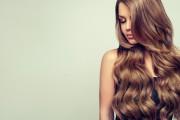 En kvinne med glansfullt hår.